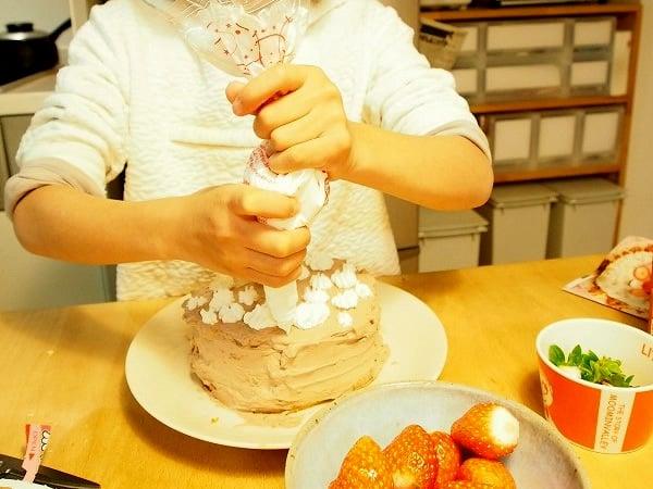 誕生日ケーキ制作中